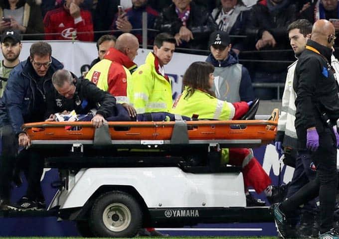 """ขอให้เป็นอะไรไม่มาก! """"มาร์ติน่า"""" ได้รับบาดเจ็บถูกหามส่งโรงพยาบาลอย่างเร่งด่วน"""